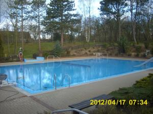 neue folie fuers nichtschwimmerbecken 22 20120421 1560428581